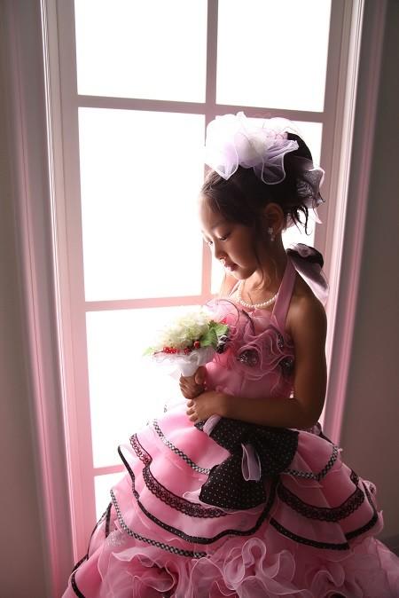 ピンク×ブラックのふわふわ花ドレスの衣装画像1