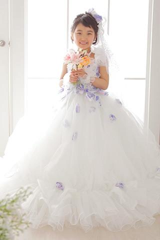 純白のお祝いドレスの衣装画像1