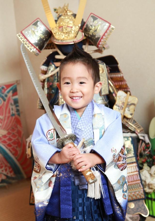 3歳 男の子鎧兜の前で撮影の衣装画像1