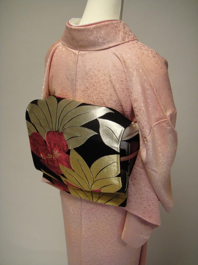 10051 ライトピンク地紋正絹色無地 袋帯フルセットの衣装画像2