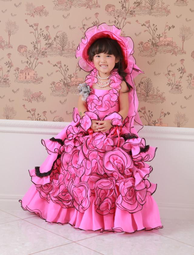 ピンクのゴージャスフリルドレスの衣装画像1